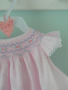 Smocking Baby, Smocking Plates, Smocking Patterns, Baby Girl Party Dresses, Little Girl Dresses, Smocked Baby Clothes, Smocked Dresses, Punto Smok, Smocking Tutorial
