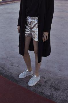 Focus sur le short métallisé et les baskets PLATO white de la collaboration No Name x IKKS #cobranding #ss17 #womenstyle
