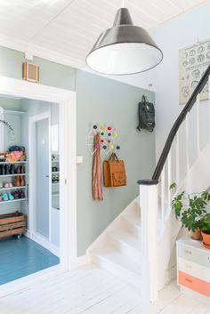 Hjertebankvegg med Minty Breeze - LADY Inspirasjonsblogg Wall Colors, House Colors, Entry Stairs, Colour Architecture, Interior Decorating, Interior Design, Entrance Hall, Modern Kitchen Design, Scandinavian Interior