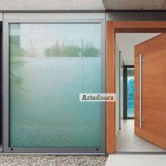 Puertas de madera contemporáneas iroko y roble multicapa y pivotantes.