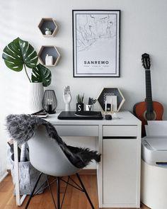 Home Office Goals ! An diesem Arbeitsplatz stimmt einfach jedes Detail! Der Becher V im Typo-Look ist auch ein cooles Accessoire für den Schreibtisch. Trend pur! // Homeoffice Schreibtisch Fell Stuhl Deko Aufbewahrung Accessoires #Homeoffice