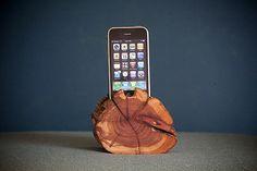 WoodTec-Cedar-iPhone-Dock-img4-600px.jpg (600×400)