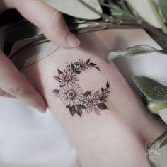 Cute Daisy Tattoo Designs & Meaning - Best Tattoos Daisy Tattoo Designs, Daisy Flower Tattoos, Sunflower Tattoos, Daisies Tattoo, Tattoo Flowers, Small Daisy Tattoo, Carnation Flower Tattoo, Mini Tattoos, Body Art Tattoos