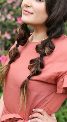 SO easy to re-create! Beauty and fashion blogger Michelle Kehoe of Mash Elle creates an easy, heatless faux braid hairstyle. Resembling a fishtail braid, this easy hairstyle is perfect dressed down or up! Can be worn to festivals, day-to-day, or dressed u