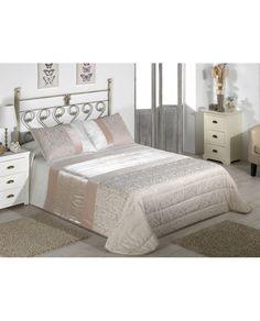 Bouti con original estampado en tonos beige y diferentes texturas. Ligera, confortable e ideal para el entretiempo. Modelo disponible en dos tamaños diferentes.