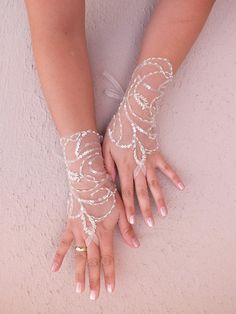 champagne tulle Wedding gloves free ship İtalian lace arm warmers mittens, cuff gauntlets fingerloop, embroidered sequin and bead - Wedding Inspirasi Tulle Wedding, Dream Wedding, Wedding Day, Wedding Dresses, Perfect Wedding, Hand Accessories, Bridal Accessories, Wedding Trends, Wedding Designs