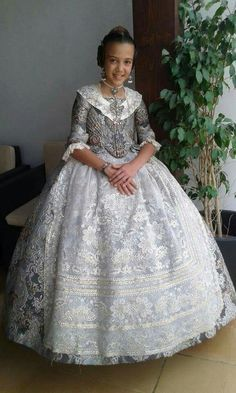 Young Fashion, Kids Fashion, Womens Fashion, Historical Costume, Historical Clothing, Old Dresses, Formal Dresses, Spanish Costume, Traditional Fashion