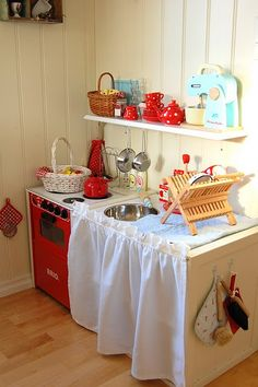 Love this play kitchen -- dish rack, tea kettle, mixer! Play Kitchens, Play Kitchen Diy, Kitchen Ideas, Cubby Houses, Play Houses, Diy Karton, Childrens Kitchens, Licht Box, Wendy House