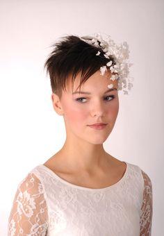 Short hair bride with flower decoration fascinator Celebrity Wedding Hair, Curly Wedding Hair, Celebrity Weddings, Fascinators For Short Hair, Wedding Fascinators, Bridal Hairdo, Wedding Hats, Wedding Dresses, Best Wedding Hairstyles