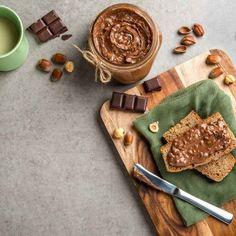 Πραλίνα φουντουκιού / Hazelnut praline. Γρήγορη συνταγή για σπιτική πραλίνα φουντουκιού! #millsofcrete #praline #chocolate #chocolaterecipes #chocolatelovers #chocolatecreativity #sokolata #pralina #σοκολατα #πραλινα #χωριςλακτοζη #συνταγες #πραλιναφουντουκιου #φουντουκι Vegan Recipes, Homemade, Diy, Food, Do It Yourself, Meal, Bricolage, Hoods, Diys