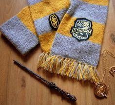 Strickschal in Grau und gelb, geeks, nerds, house patch, phantastische Tierwesen, Alpaka, handgearbeitet