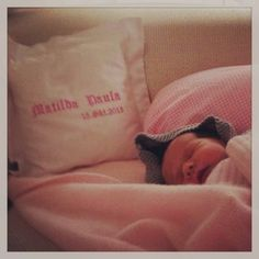 Wir freuen uns immer sehr unser #Geburtskissen mit den beschenkten #Babys zu sehen. Ein tolles #Geschenk zur #Geburt:  http://feingefühl-shop.de/kinder/schlafen/216/geburtskissen