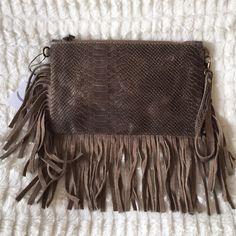 Buenos días !!! Nos encanta este modelo de bolso Boho en piel y flecos .