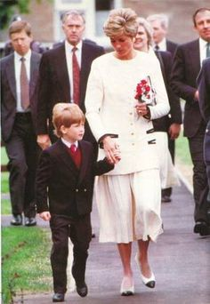 * Diana, Princess of Wales et  Prince Harry au Royal Air Force Base Wittering * _    *  L'accident de William *