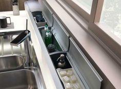 Grosskücheneinsätze  -gibt es im Fachhandel- können tiefe Arbeitsflächen echt bereichern. Von Öl bis Essig und Küchenwerkzeug lässt sich alles griffbereit verstauen.