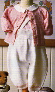 Un ensemble cardigan/pantalon à tricoter pour bébé : Tailles : 3 - 6 et 12 mois Aiguilles N° 2,5 et 3 La combinaison, les chaussons et le bonnet bleus La combinaison et les chaussons roses La combinaison blanche La combinaison brodée La barboteuse et...