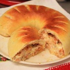 Receita de Pão Recheado de Frango com Catupiry - 2 tabletes de fermento biológico fresco, 1 colher (café) de açúcar, 2 colheres (sopa) de margarina, 1 table...