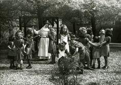 Fotocollectie, R.K. Weeshuis, Hoogstraat, Centrum, 44, Breur, Chr., ja, 19490101, 19491231, In de speeltuin van het R.K. Weeshuis aan de Hoogstraat bij de Weezenbuurt., Foto