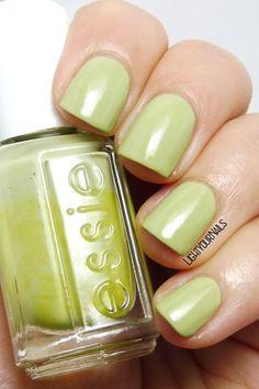 Smalto verde pistacchio Essie Navigate Her pistachio green nail polish #lightyournails http://www.lightyournails.com/2017/08/essie-navigate-her.html