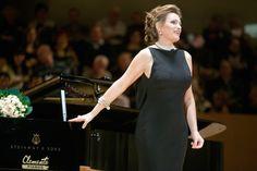 La exquisita soprano Ainhoa Arteta vestida de Mercedes de Miguel durante una de sus interpretaciones.