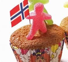 17. mai muffins med seigmenn og flagg. Norway, Muffins, Breakfast, Desserts, Image, Food, Morning Coffee, Tailgate Desserts, Muffin
