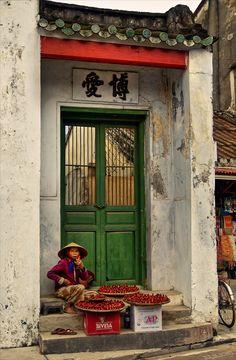 Street Vendor in Hoi An, Vietnam http://viaggi.asiatica.com/