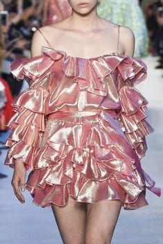 Vivetta at Milan Fashion Week Spring 2018 - Details Runway Photos Fashion Male, Fashion Week, New York Fashion, Look Fashion, High Fashion, Fashion Show, Womens Fashion, Fashion Design, Fashion 2020