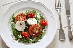 Rucolasalat mit gerösteten Tomaten und Ziegenkäse