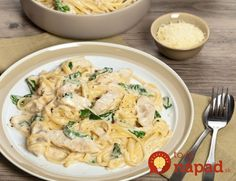 Spaghetti with chicken in sour cream sauce Huhn Spaghetti, Chicken Spaghetti, One Pan Pasta, Pasta Pot, Sour Cream Sauce, One Pot, Light Recipes, Pasta Recipes, Macaroni And Cheese
