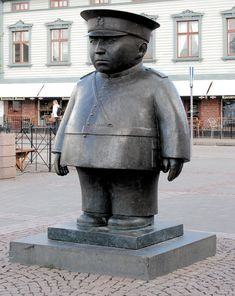 With all the statues going around. No, it's not Kim-Jong Un or an american cop. It's a finnish marketsquare-police. Best Funny Pictures, Funny Images, Go Around, Police, Sculpture, American, Animals, Woodcarving, Homeland