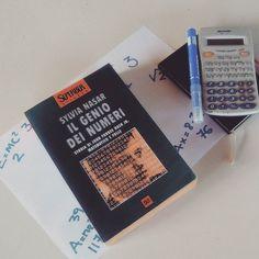 Giorno 7 della #fourfriendsforchallenge di @acupofteandagoodbook @areadersthousandlives @abeautifulencounter e @ilgiardinosegretodigretel - Book based on a true story  Noi abbiamo scelto Il genio dei numeri di Sylvia Nasar: la storia di John Forbes Nash Jr matematico e folle. Da questo romanzo è stato tratto anche il film A Beautiful Mind con Russel Crowe.  #book #books #libro #libri #letture #leggere #amoleggere #libriovunque #bookaholic #bookish #bookslover #bookstagram #love #romanzo…