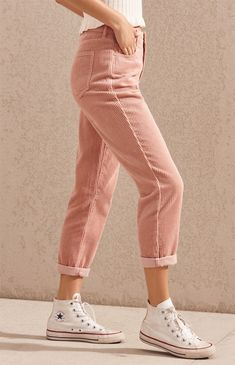 Give your casual style a retro-inspired feel with the Hibiscus Corduroy Mom Jeans by PacSun. Made from a corduroy fabric, these mom jeans feature a high-rise fit, body, pink wash, and a relaxed fit. Mode Outfits, Jean Outfits, Casual Outfits, Summer Outfits, Fashion Outfits, Womens Fashion, Dress Summer, Moda Vintage, School Looks