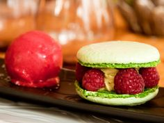 Macaron parfumé à la pistache, sa crème légère et framboises fraiches #qooq #dessert