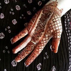 Playing with the infinity edge strip. Very inspired by @hennalounge and @maplemehndi. My daughter Anna takes the best stains. #henna #mehendi #rovinghorse #hennapdx #hennabodyart #hennalove #beautifulbride #hennaforbeauty #rovinghorsehenna #hennaportland #mehndi #hennaisneverblack #naturalhenna