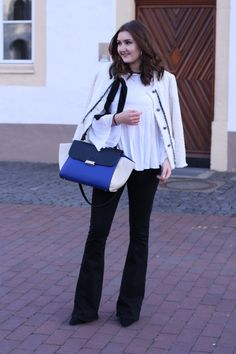 flared jeans / bootcut jeans combined with a classic white boucle blazer and trapeze bag | lauracoeur.com