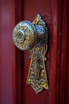 ❥ red door and gorgeous doorknob
