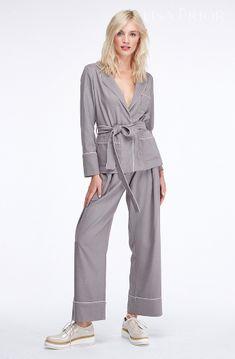Женский костюм в пижамном стиле