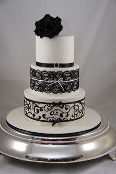 Para as noivas que gostam de ousar, a renda de açúcar preta no bolo de casamento é ótima para colocar um toque de personalidade sem perder a sofisticação que o casamento pede - All rights reserved by Designer Cakes By Effie