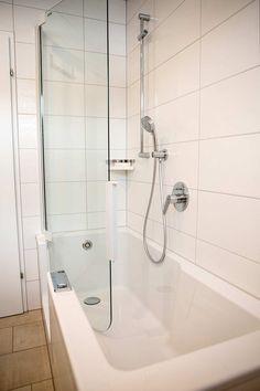 Duschbadewanne Mit Tür Aus Glas, Viereckige Wannenform Mit Tiefen Einstieg  An Der Vorderfront, Einhebelmischer