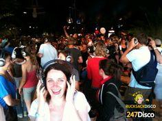 Silent Disco Party Leise disco rucksack disco mieten http://www.247disco.de / Telefon-Nr. 015739275975. Der doppelt Musikspaß – Silent Disco – Kopfhörer party. Bei der nächsten Party, Feier oder auch beim nächsten Discobesuch könnte es sich um ein doppeltes Vergnügen mit einem interessantem Maß an Freiheit handeln. Wie wäre es zu zwei Musiktiteln gleichzeitig abtanzen und mitsingen zu können? Mit einer solch außergewöhnlichen Kopfhörerparty wird ihre nächste Feier garantiert unvergesslich.
