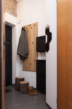 Przedpokój w drewnie, drewniany przedpokój, korytarz, aranżacja korytarza, przedpokój urządzanie. Zobacz więcej na: https://www.homify.pl/katalogi-inspiracji/30865/7-ciekawych-wieszakow-do-przedpokoju