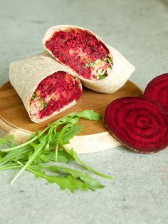 Ali Baba Wrap mit rote Bete-Falafel, Tahinsauce, Möhren und Rucola