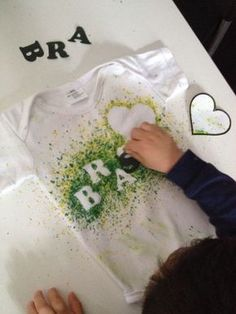 Camisa do Brasil com giz de cera Fun Crafts, Diy And Crafts, Arts And Crafts, Diy Camisa, Diy For Kids, Crafts For Kids, Tie Day, T Shirt Painting, Glow Party