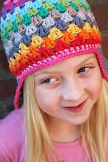 a FREE very step-by-step photo tutorial to crochet a lovely reanbow beanie OR a version with earflaps. crocheted with the lovely granny-square stitch look.