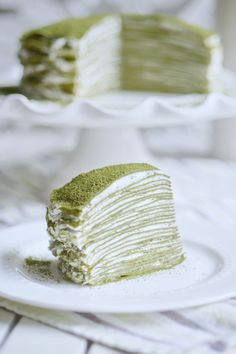 The 28 layers of soft and tender matcha crepes make up this delicious Japanese Matcha Green Tea Mille Crepe Cake that requires no baking at all. Filled with a light Chantilly Cream, it is both tasty and visually impressive. Recipes and yummy cake tips Crepe Recipes, Tea Recipes, Dessert Recipes, Crepes, Sushi, Japanese Matcha, Japanese Cake, Food Porn, Cookies