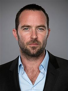 Sullivan Stapleton is my kinda guy. Love his facial and chest hair. He is so very ruggedly handsome.❤ love his crows feet too. He makes younger guys look like boys. Just your everyday actor and hunk
