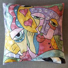 Pynteputa - To hjerter. Putetrekket er brodert i silke og bomull, og har et tøft og stilig design som er inspirert av moderne, abstrakt kunst. Det abstrakte uttrykket og bruken av spennende farger, skaper en spennende detalj i interiøret ditt. Fargene som er brukt er rosa, lilla, lys mintgrønn, gull, gylden, bronse, blå, grønn, svart og hvit. Fra nettbutikken www.pynteputa.no #pyntepute #pynteputer #pynteputa #farger