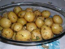 Batatinha-de-festinha - ingredientes  2 kg de batatas pequenas 1/2 xicara de azeite 1 cebola picada 1/2 xícara de vinagre branco 1/2 xicara de salsinha picada 2 colher (sopa) de hortelã picada 1 colher (sopa) de pimenta calabresa seca moida 1 colher (sopa) de sal