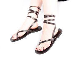 Personalizadas hechas a mano sandalias de cuero - tiras - griego - romano - planas - sandalias gladiador. Muchos colores. :) de DarkSideofNorway en Etsy https://www.etsy.com/mx/listing/224923004/personalizadas-hechas-a-mano-sandalias
