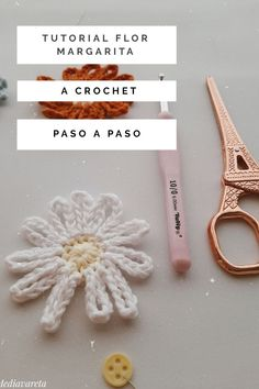 Tutorial flor margarita a crochet paso a paso. Incluye video tutorial - Mi Mediavareta Tutorial, Crochet Flowers, Video, Flora, Page Marker, Potted Flowers, Hand Spinning, Daisies, Journals